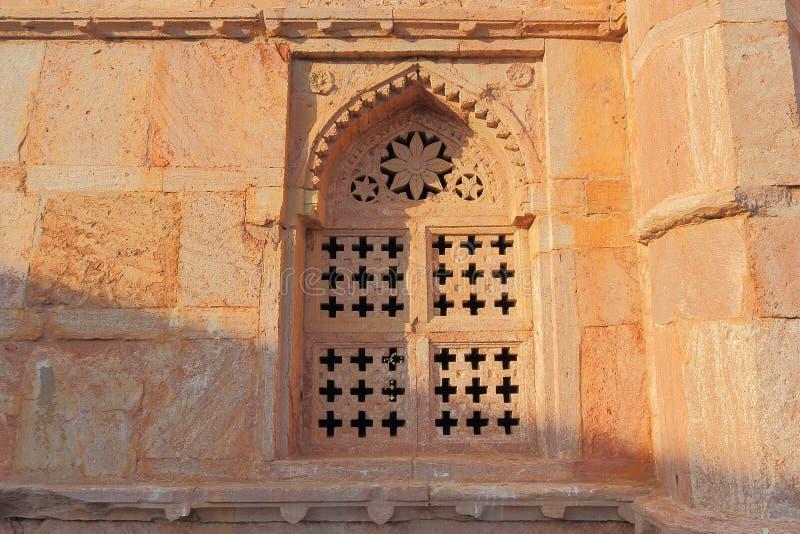 Finestra, architettura storica antica islamica, tomba dei khans di darya, mandu, Madhya Pradesh, India immagini stock