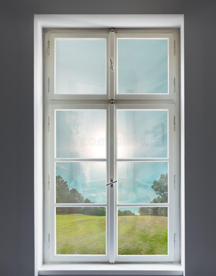 Finestra bianca classica e la vista della foresta fotografia stock