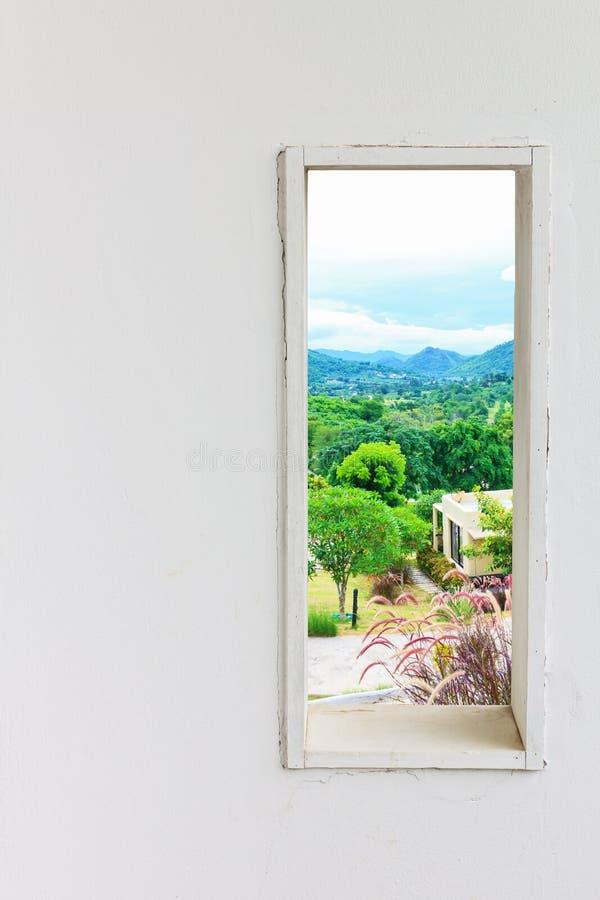 Finestra bianca della parete con la casa nel Mountain View fotografie stock