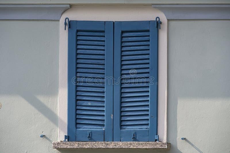 Finestra blu alla luce di tramonto fotografia stock