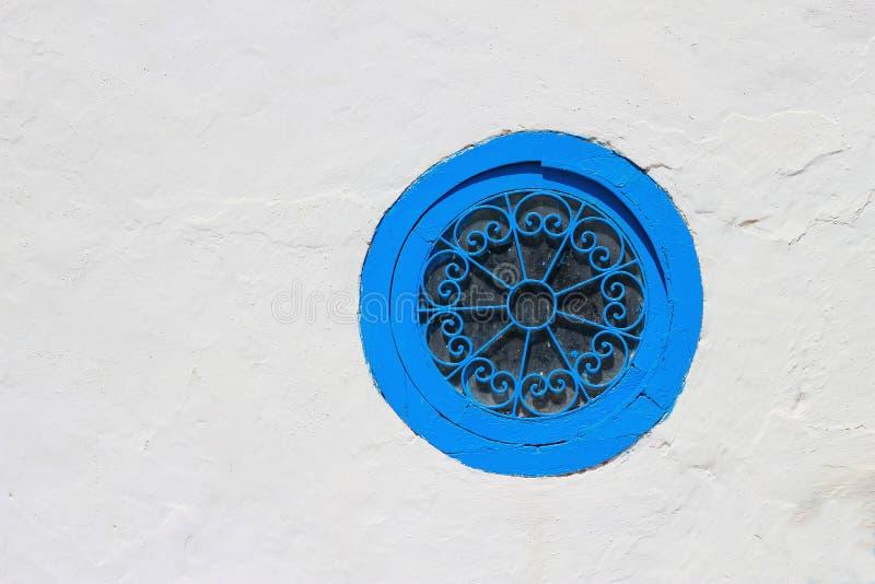 Finestra blu nella parete fotografia stock libera da diritti
