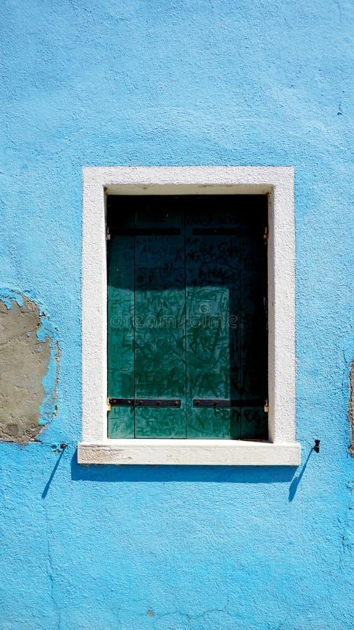 Download Finestra In Burano Sulla Parete Blu Di Decadimento Fotografia Stock - Immagine di storico, europa: 56888956