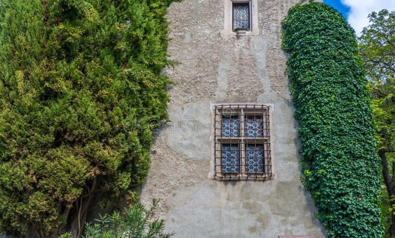 finestra caratteristica di una costruzione antica nel Tirolo del sud, Meran, Italia immagini stock libere da diritti