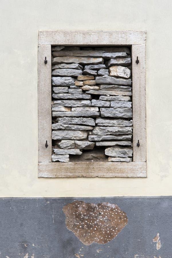 Finestra chiusa con le pietre fotografia stock libera da diritti