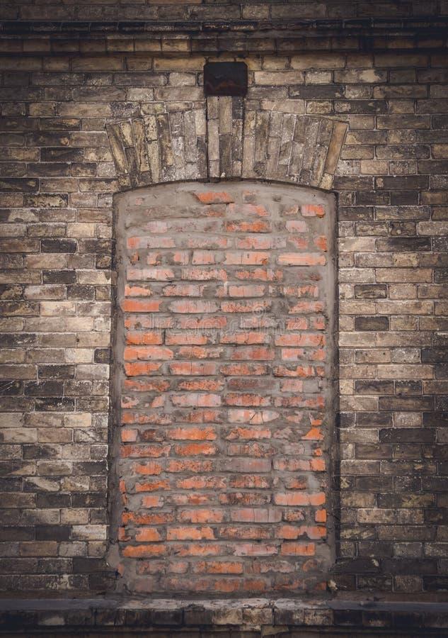 Finestra chiusa in una vecchia parete Vecchiaia e cecità fotografie stock libere da diritti