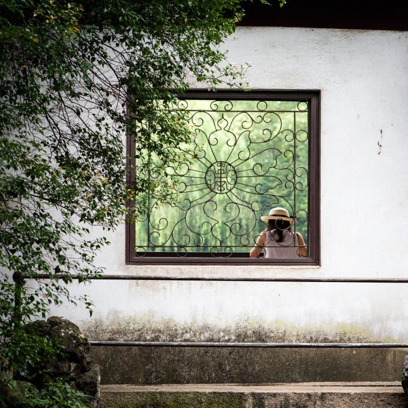 Finestra in cinese il giardino del cinese tradizionale fotografia stock libera da diritti