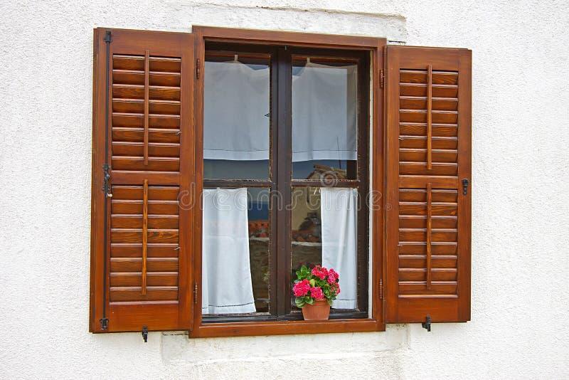 Finestra con i colori su un davanzale della finestra fotografie stock