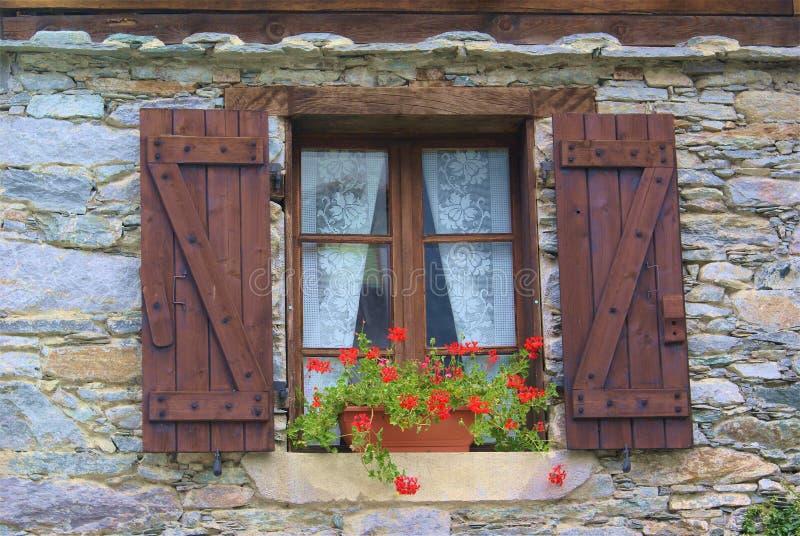 Finestra con i fiori immagine stock immagine di fiori for Finestra immagini