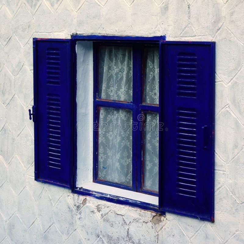 Finestra con la struttura e gli otturatori blu immagine stock