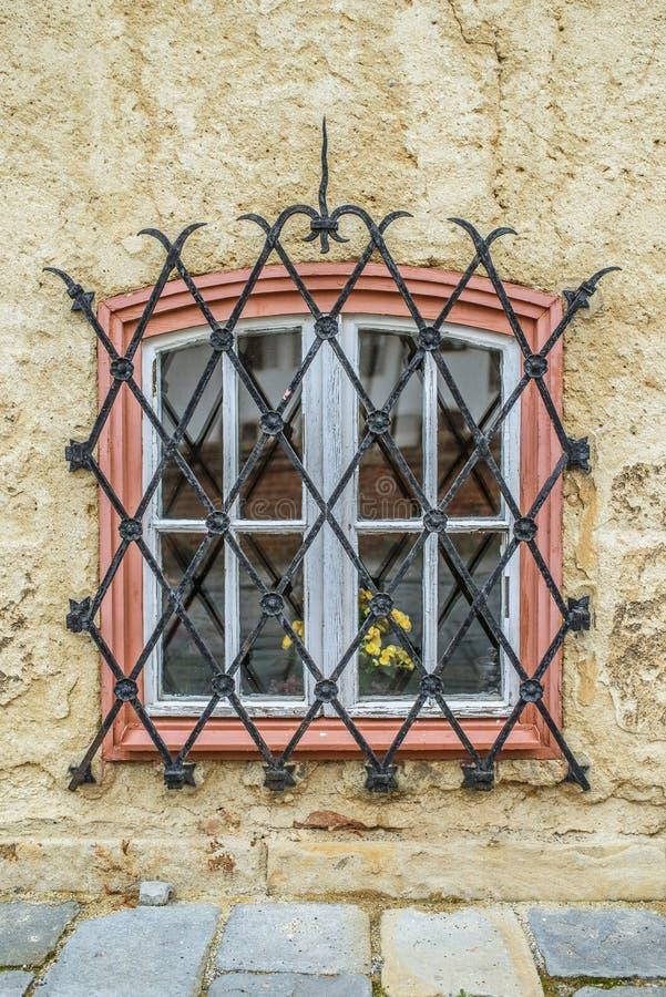 Finestra con le barre di ferro battuto immagine stock for Disegno di finestra aperta