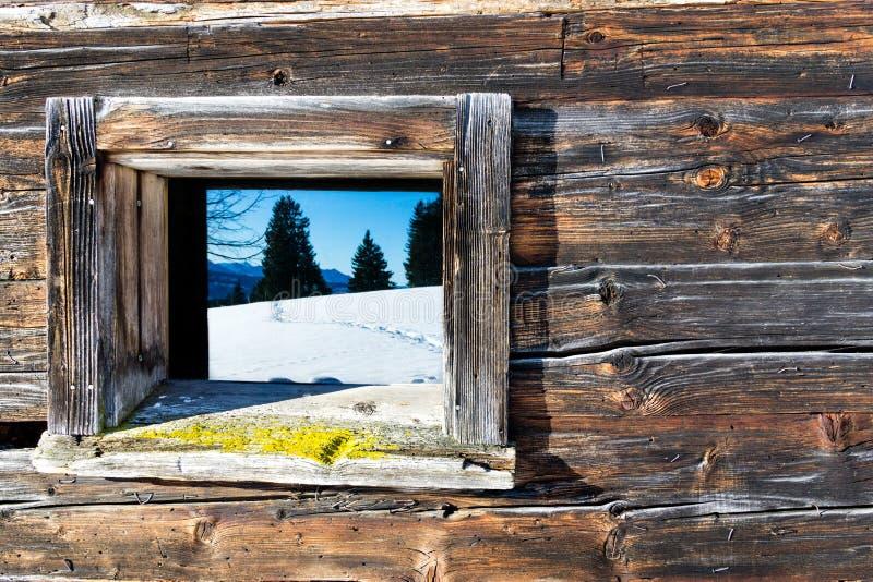 Finestra d'annata di vecchio paesaggio di legno della montagna di inverno degli specchi della cabina Priorità bassa rustica di le immagine stock