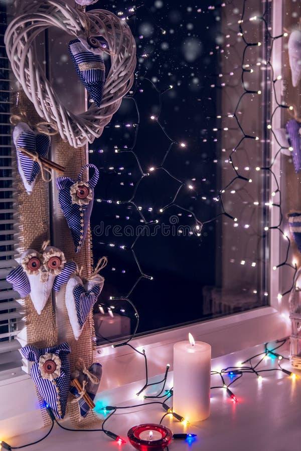 Finestra decorata per la notte di Natale immagine stock libera da diritti
