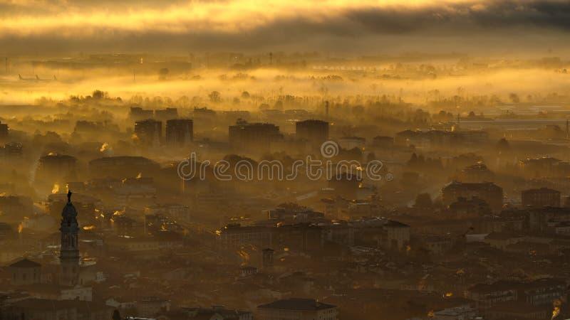 Finestra decorativa di un appartamento storico Paesaggio di stupore della città coperta dalla nebbia in seguito alla pianura nell fotografie stock libere da diritti