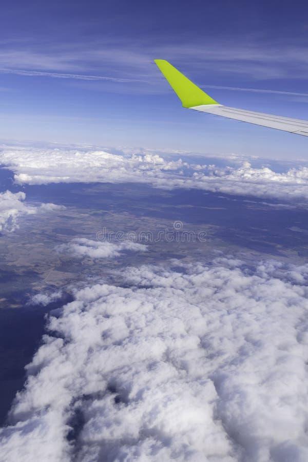 finestra degli aerei sul motore a propulsione, ala dell'aeroplano - vista attraverso la finestra immagini stock libere da diritti
