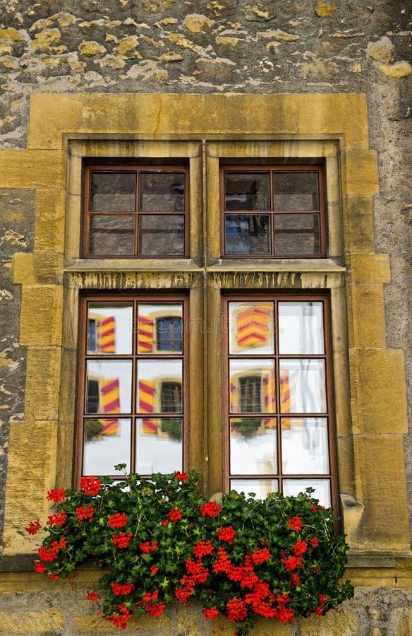 Finestra del castello con le riflessioni fotografia stock