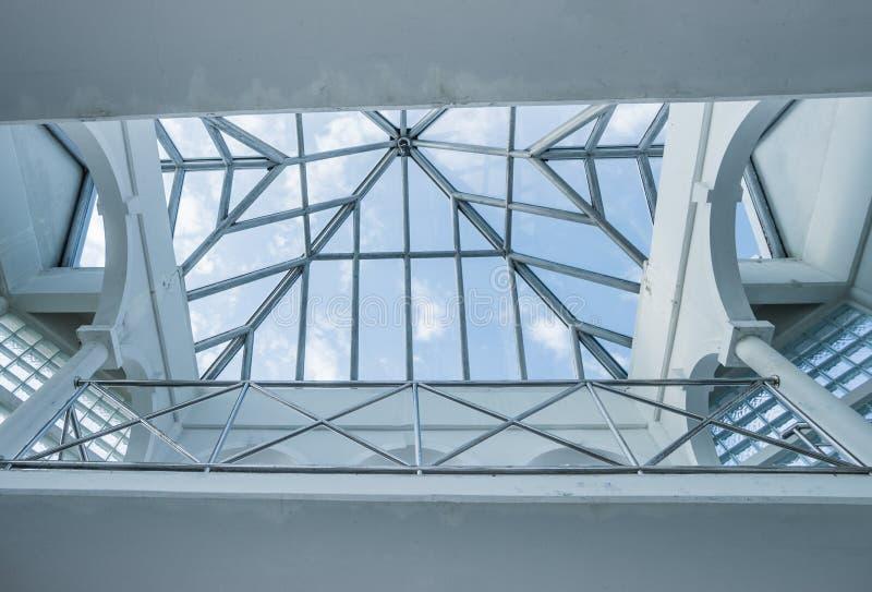 Apra il lucernario o la finestra del velux immagine stock for Finestra nel tetto
