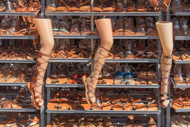 Finestra del negozio con i sandali fatti a mano delle donne, pro greco tradizionale immagine stock libera da diritti