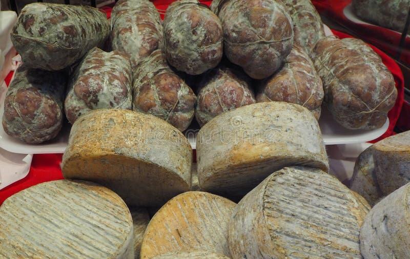 Finestra del negozio degli alimentari con gli alimenti, il salame ed il formaggio italiani tradizionali fotografia stock