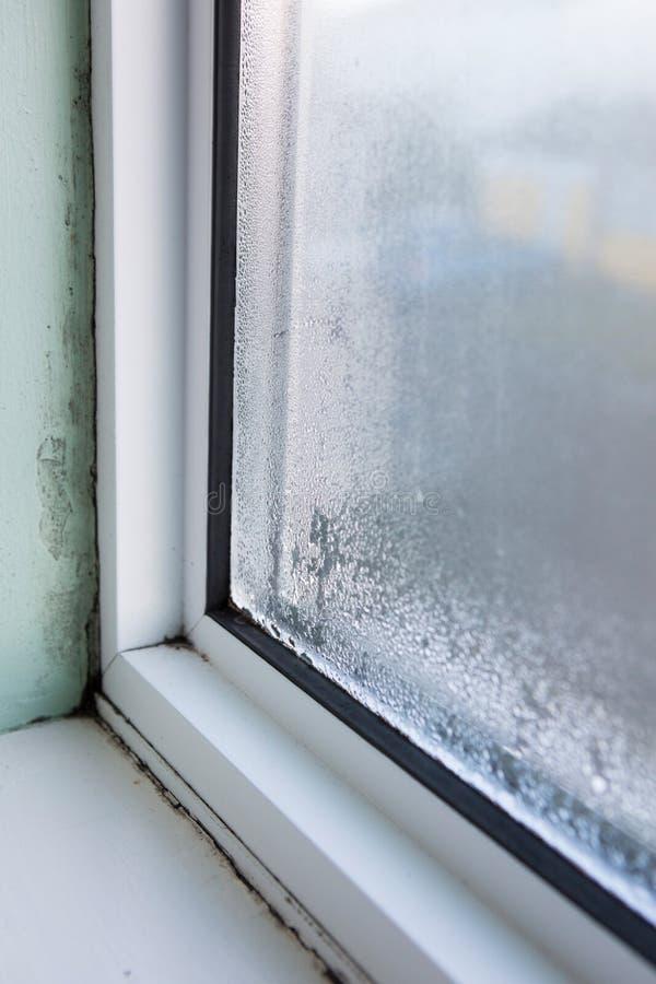 Finestra della Camera con umidità e condensazione immagine stock