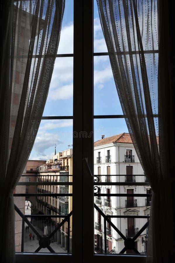 Finestra della camera di albergo a Madrid fotografia stock