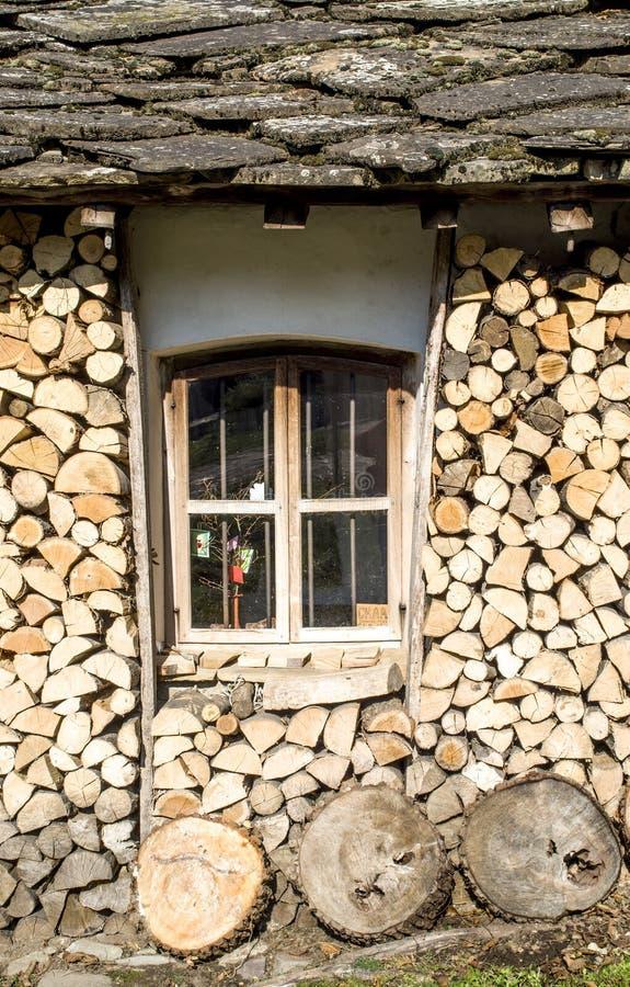Finestra della casa della montagna con il tetto e la legna for Casa di artigiani di montagna