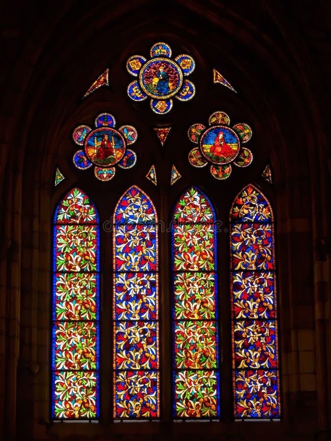 Finestra della chiesa del vetro macchiato - Leon immagini stock libere da diritti