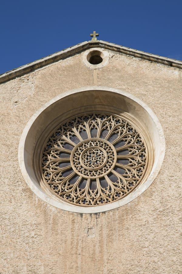 Finestra della chiesa, Pollenca immagine stock