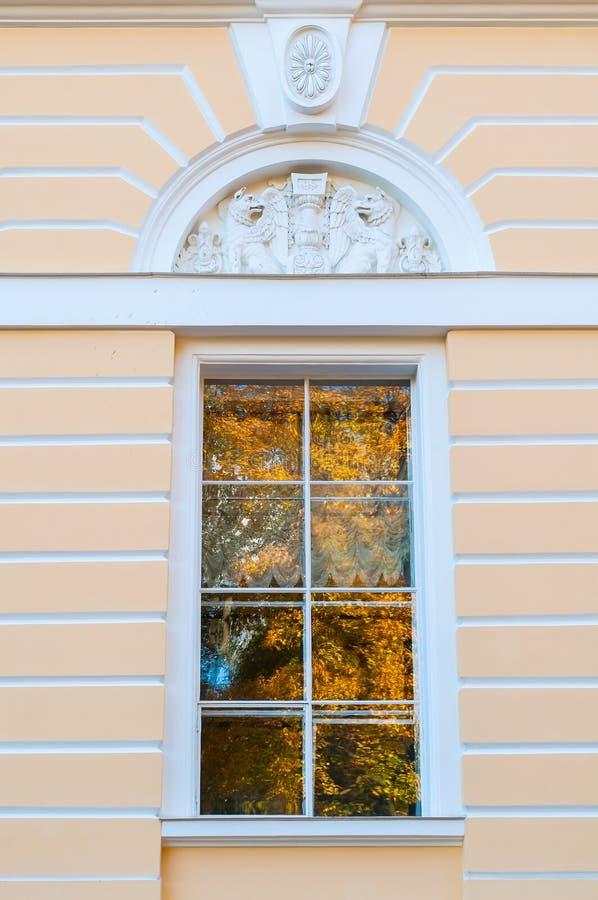 Finestra della facciata nordica del palazzo di Mikhailovsky - costruzione del museo russo dello stato a St Petersburg, Russia fotografie stock