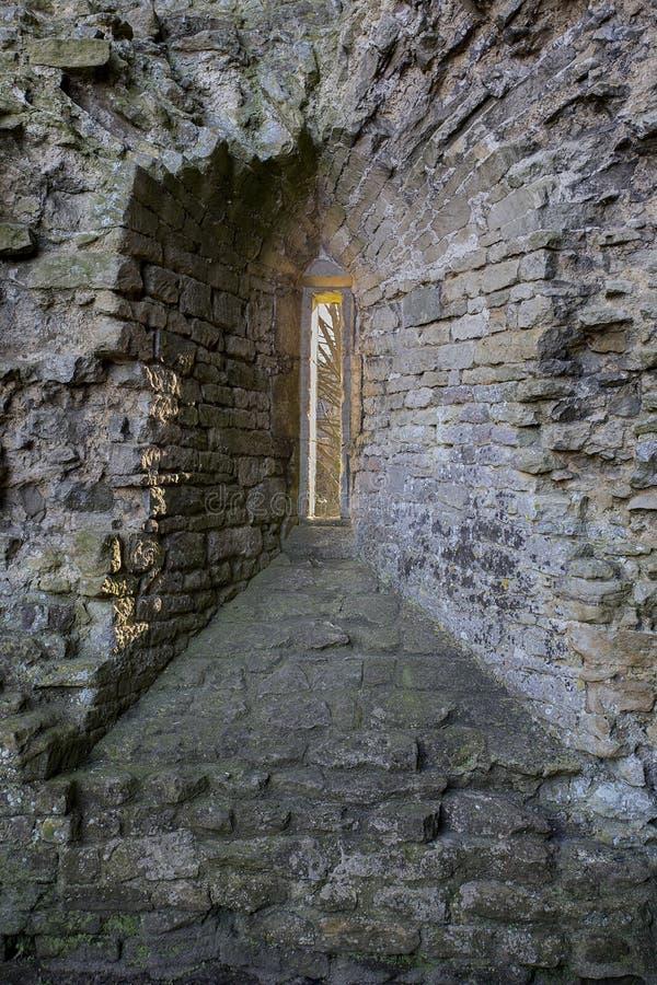 Finestra di Arrowslit nel castello di Nunney fotografia stock libera da diritti