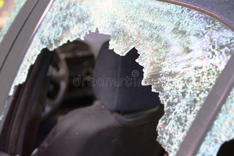 Finestra di automobile rotta e vetro incrinato di un'automobile spazio vuoto della copia fotografia stock