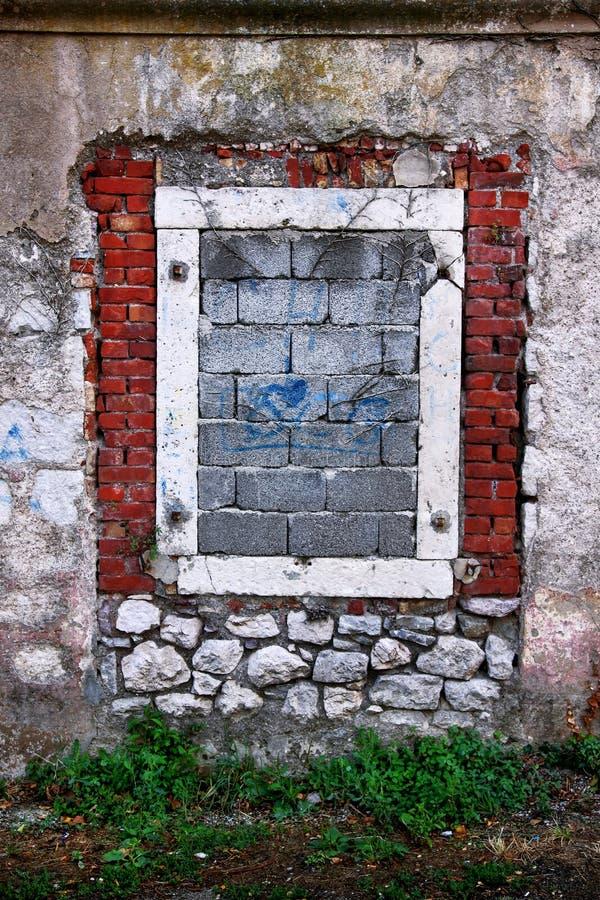 Finestra di Bricked in parete di pietra fotografia stock