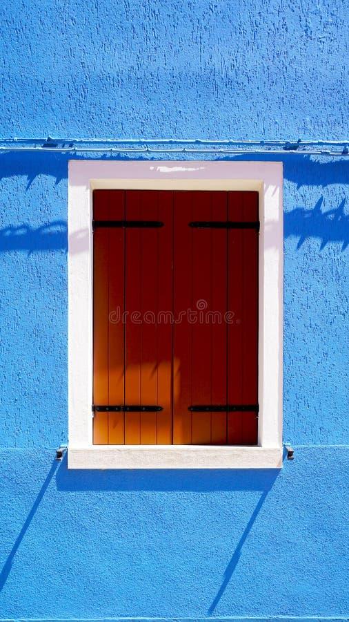 Download Finestra Di Legno In Burano Sulla Parete Blu Di Colore Fotografia Stock - Immagine di estate, europa: 56890212