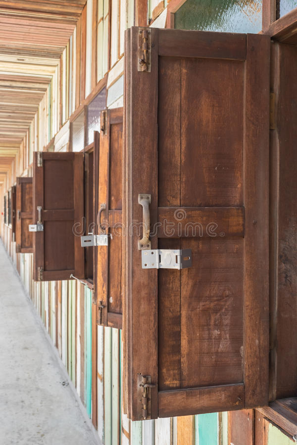 Finestra di legno con la parete d'annata immagine stock libera da diritti