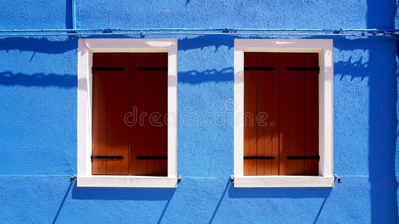 Download Finestra Di Legno Con La Struttura Bianca Sulla Casa Blu Della Parete Di Colore In Burano Immagine Stock - Immagine di esterno, entrata: 56890197