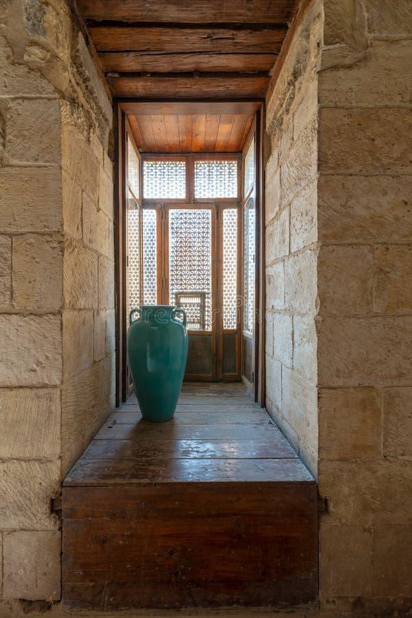 Finestra di legno interfogliata messa Mashrabiya e vaso del turchese fotografia stock libera da diritti
