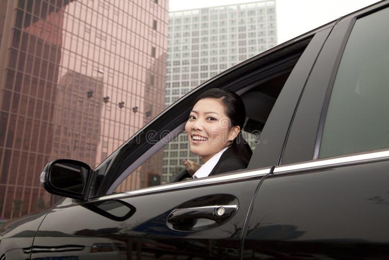 Finestra di Looking Out Car della donna di affari fotografia stock libera da diritti
