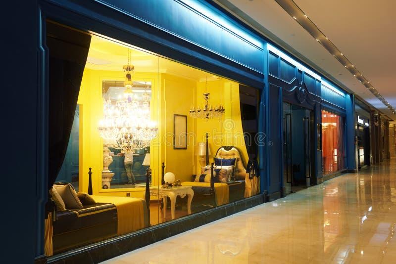 Finestra di lusso del negozio della mobilia di illuminazione immagini stock