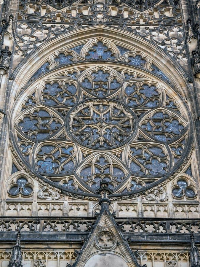 Finestra di Rosa ornamentale della cattedrale dei san Vitus, Wenceslaus e Adalbert a Praga immagine stock libera da diritti