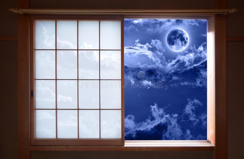 Finestra di scivolamento giapponese tradizionale e cielo notturno romantico fotografia stock libera da diritti