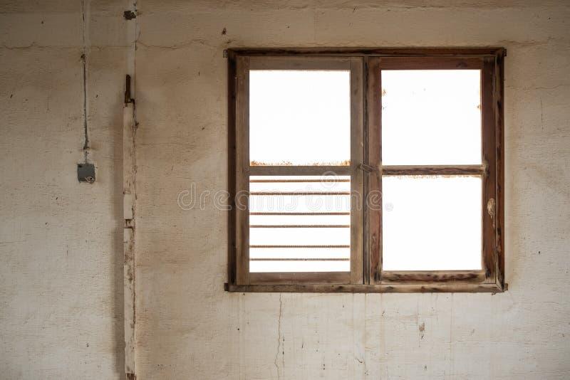 Finestra di un interno dell'abbandonato immagine stock libera da diritti