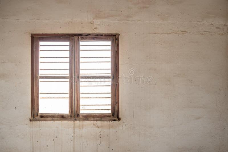 Finestra di un interno dell'abbandonato immagine stock