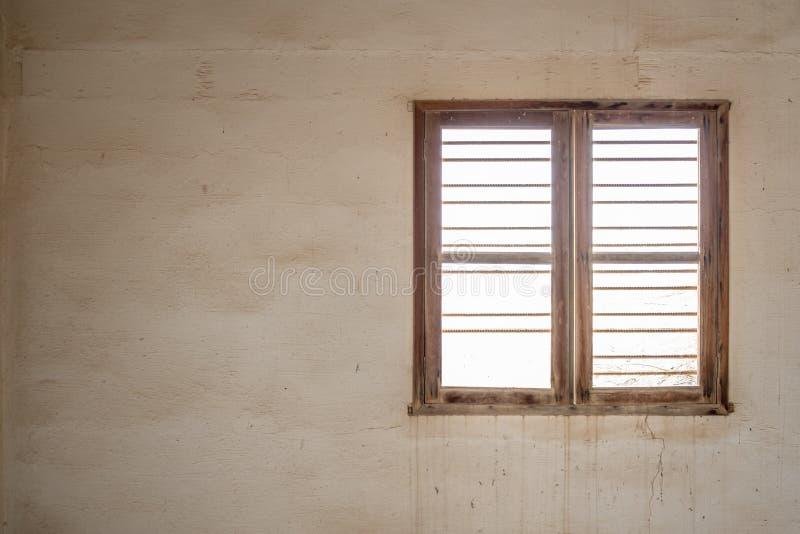 Finestra di un interno dell'abbandonato fotografie stock