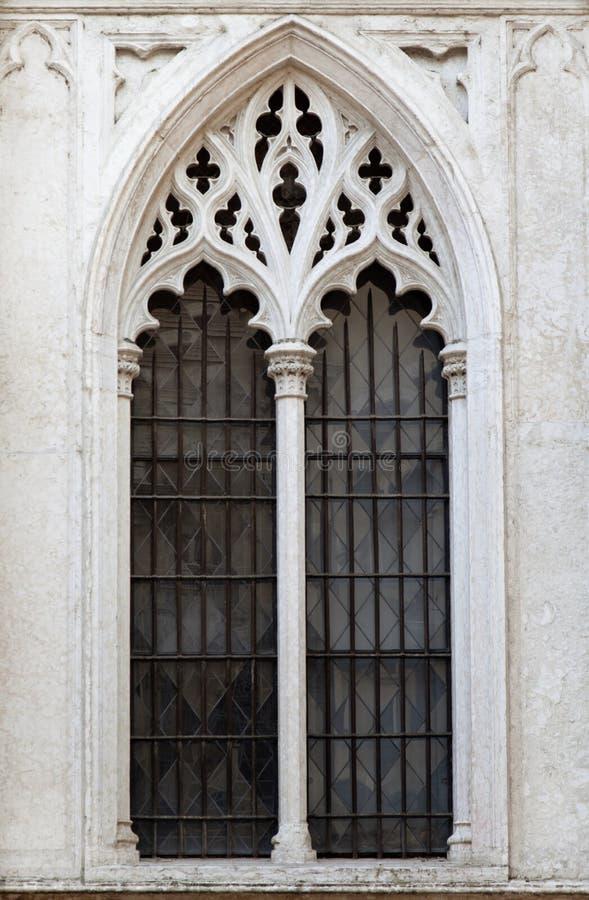Finestra di una cattedrale gotica fotografie stock libere da diritti