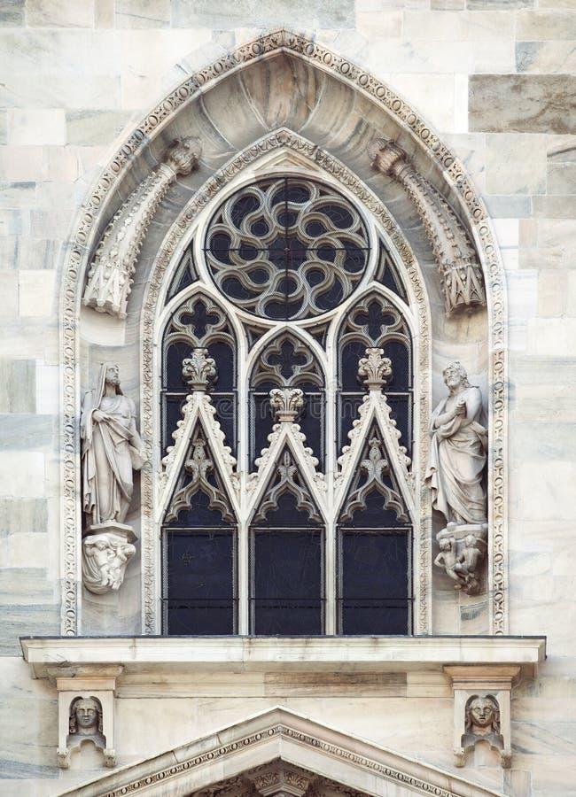Finestra di una cattedrale gotica a Milano fotografia stock
