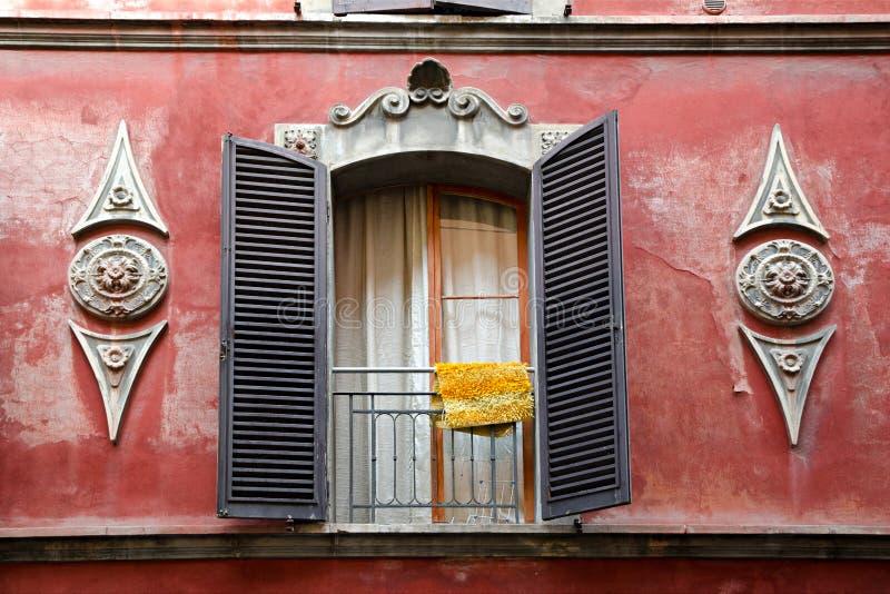 Finestra di una costruzione di secolo a Bologna Italia immagini stock