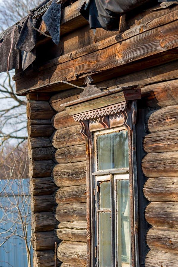 Finestra di vecchia capanna del villaggio nel villaggio russo immagini stock libere da diritti