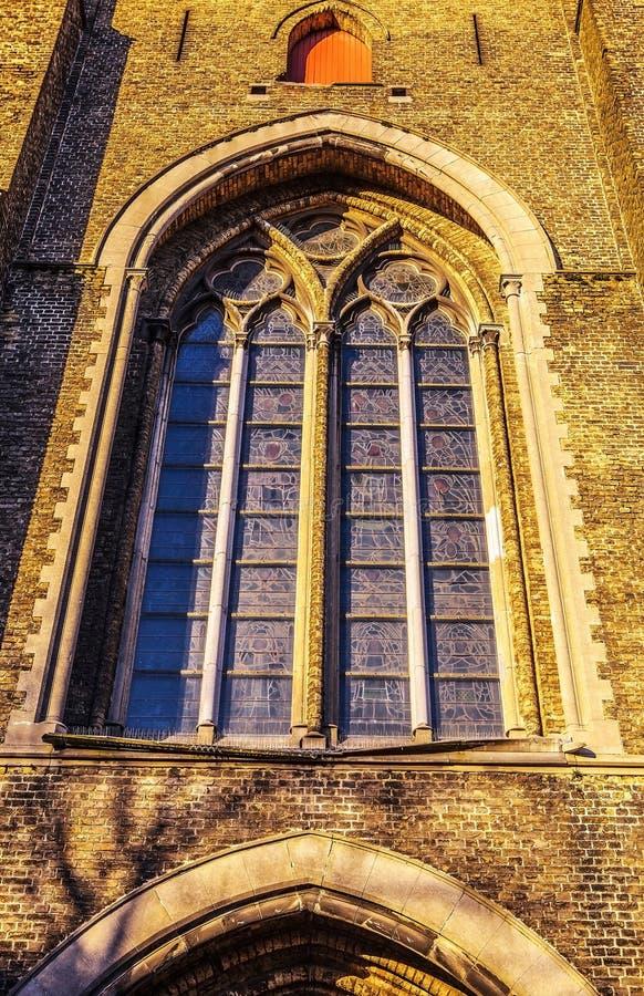 Finestra di vecchia chiesa con i vetri macchiati immagine stock