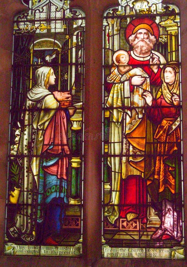 Finestra di vetro della macchia che descrive una scena religiosa immagine stock libera da diritti
