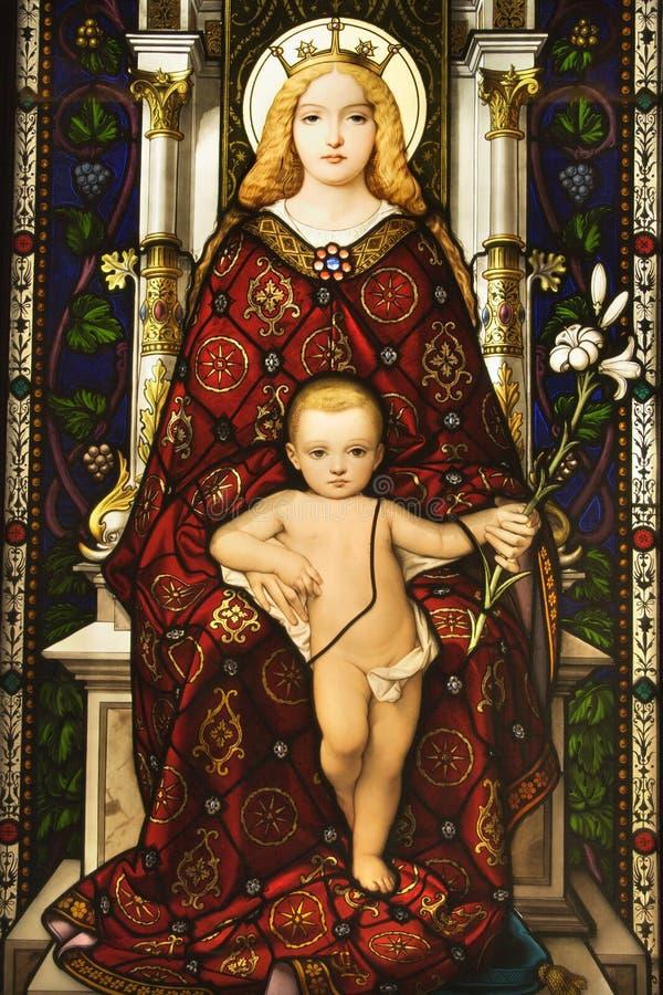 Finestra di vetro macchiata di Madonna e del bambino immagine stock