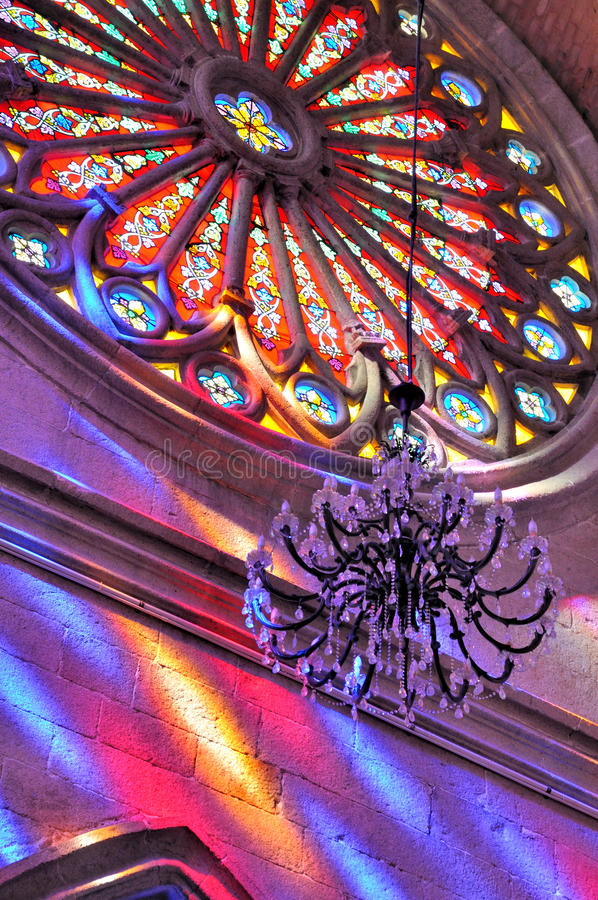Finestra di vetro macchiata rotonda della chiesa immagine stock libera da diritti